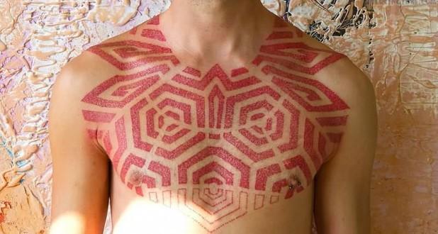 Tattoo met rode inkt