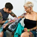 Tattoo artiest aan het werk